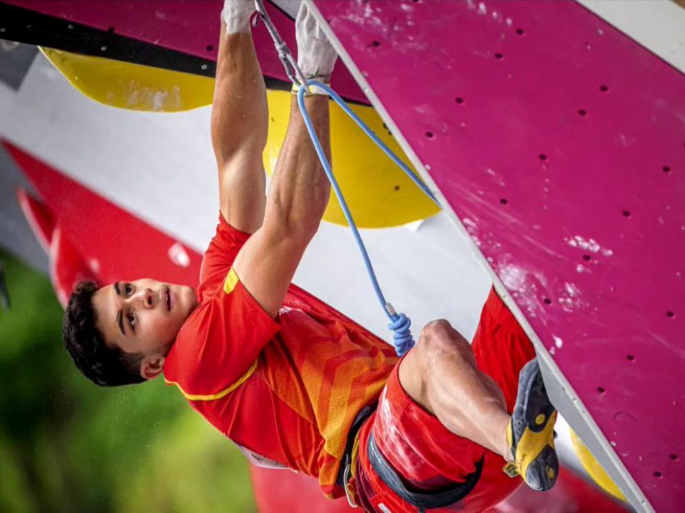 El español Alberto Ginés logró la medalla de oro en escalada deportiva