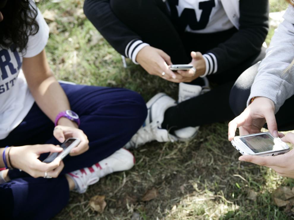 El teléfono móvil es el canal de comunicación de las 'influencers'.