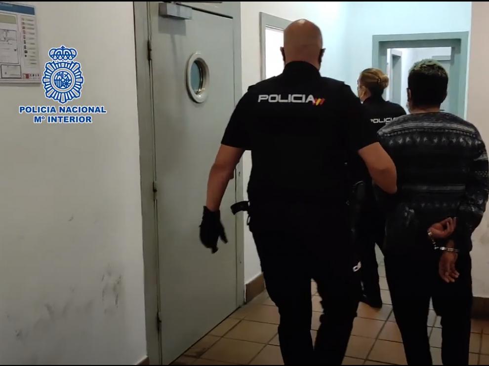 La Policía trasladaba esta semana a uno de los detenidos por la violación grupal de una chica en Zaragoza.