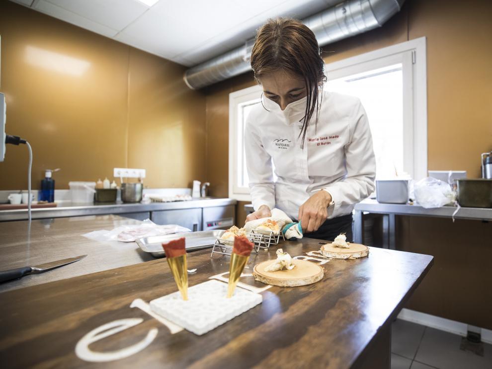 María José Meda, jefa de cocina y copropietaria del Batán, preparando un plato.