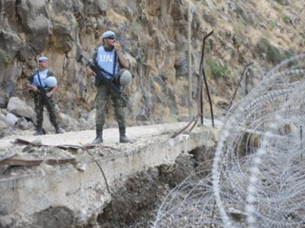 Dos militares de la Brigada Aragón vigilan en la 'Blue Line' (línea azul) en la frontera de Líbano