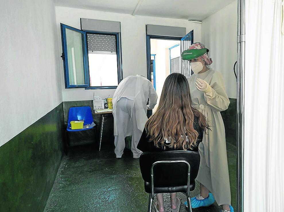 Una joven se somete a una prueba diagnóstica de PCR