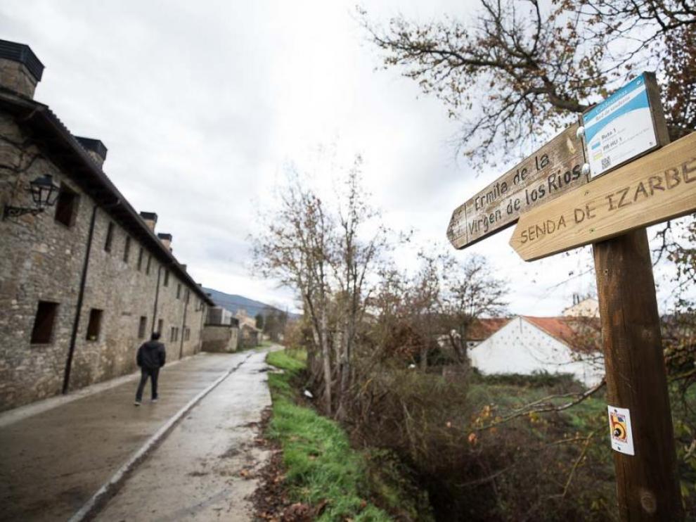 La senda de Izarbe sale desde el caso urbano de Caldearenas