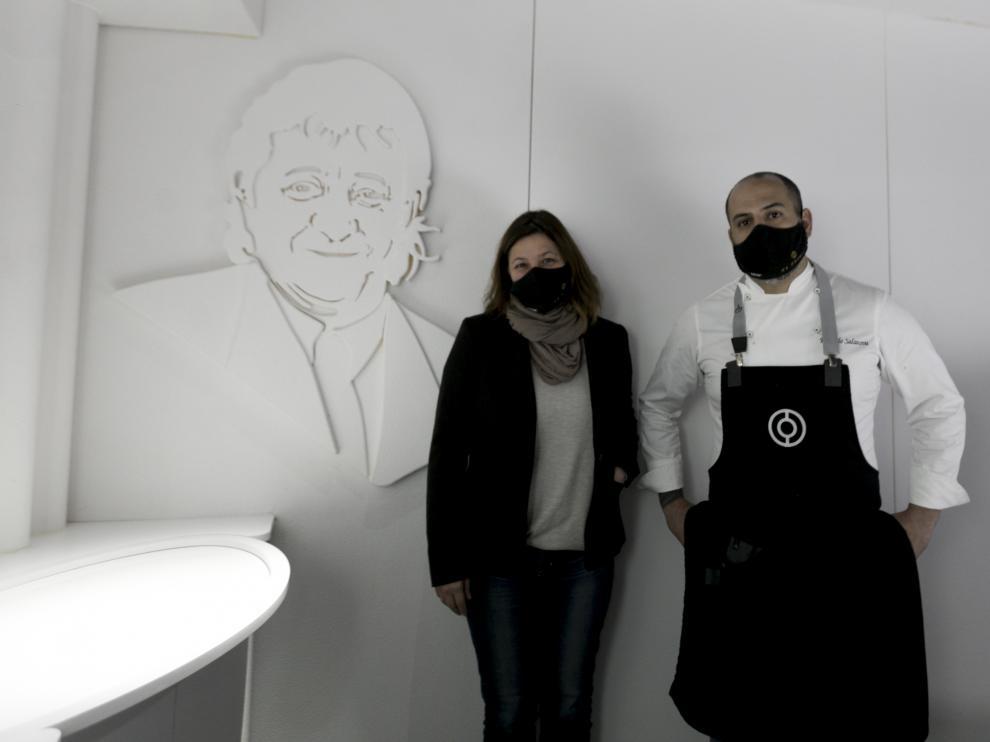 Ana Acín y Eduardo Salanova, en el comedor de Espacio N, en el que domina el color blanco. En una pared, una figura de Lorenzo Acín