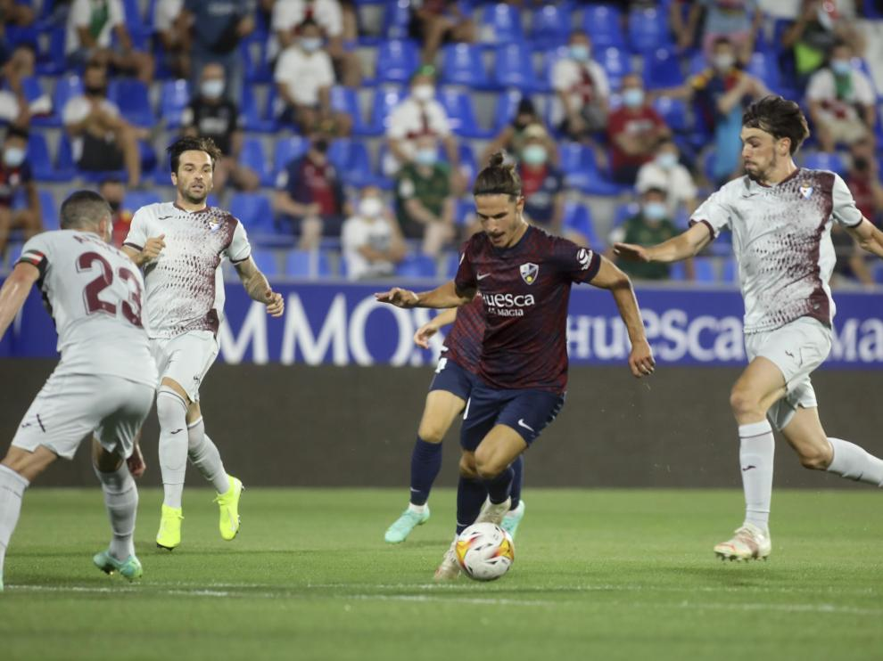 Jaime Seoane conduce el balón entre rivales durante el encuentro contra el Eibar.