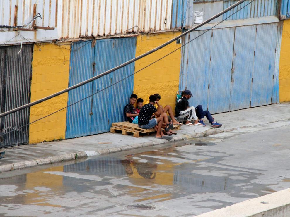 Un grupo de menores se fuga de las naves del Tarajal (Ceuta) para evitar ser devuelto a Marruecos.