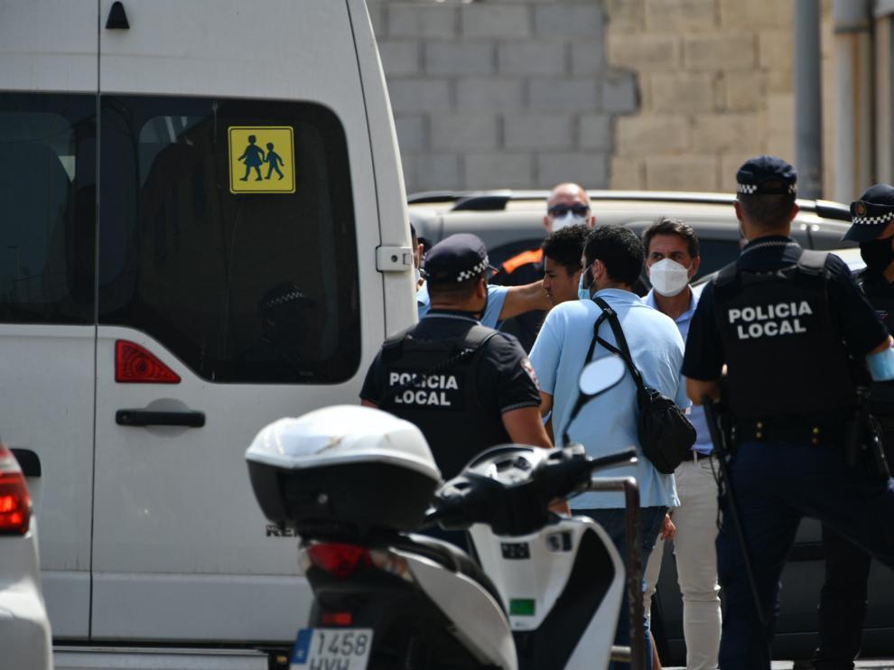 Uno de los menores es introducido en una furgoneta para ser llevado a Marruecos.