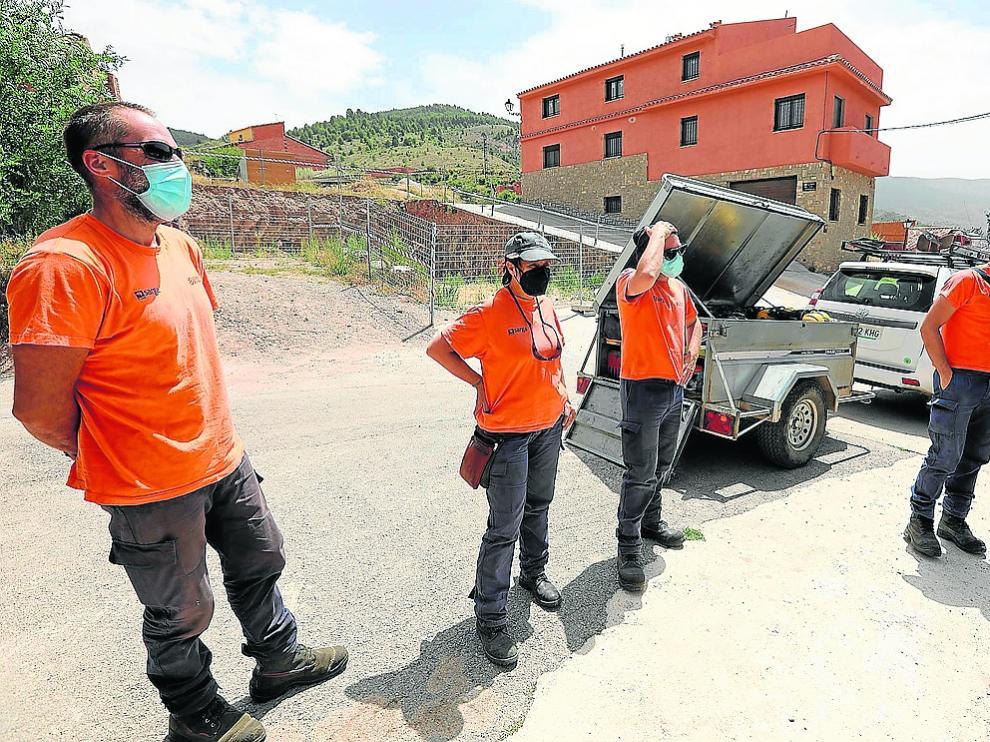 Integrantes del retén de Camarena de la Sierra, en su base de operaciones