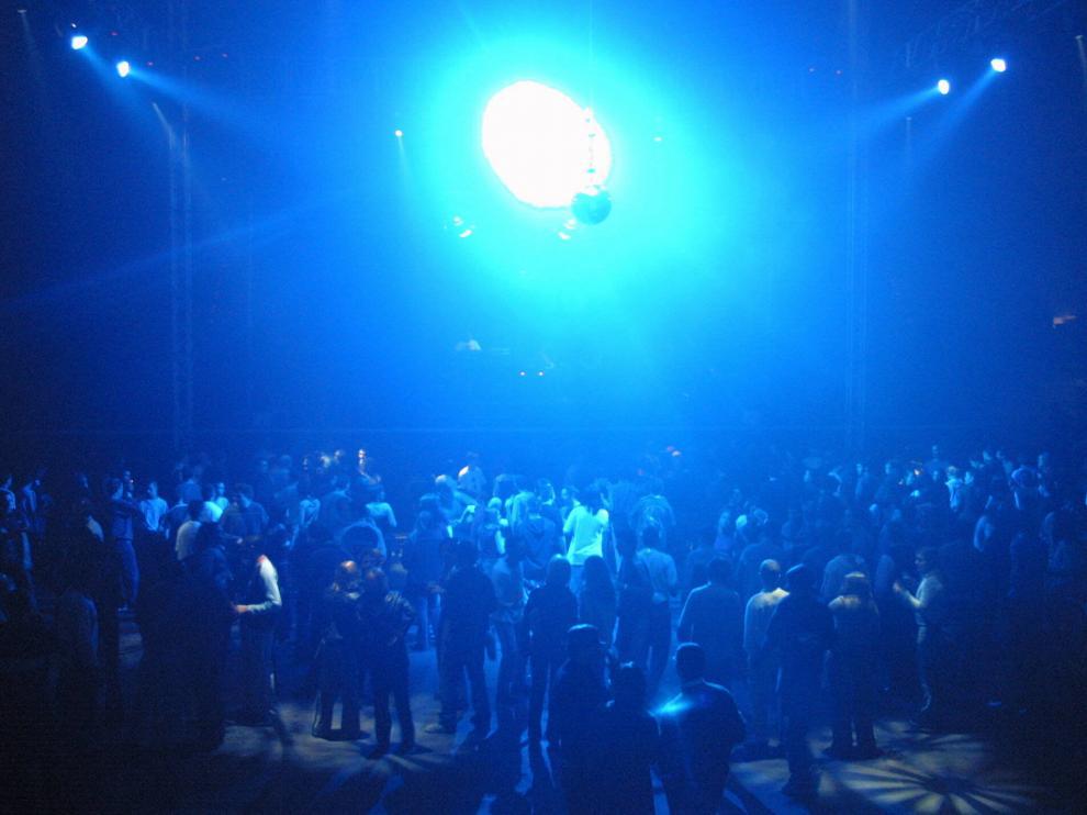 La música electrónica llenaba las discotecas.