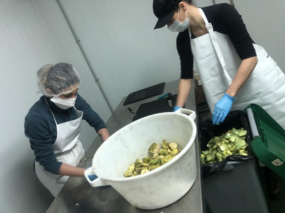 Ya hay dos personas trabajando en la conservera y elaborando alcachofas, puerros y pimientos.