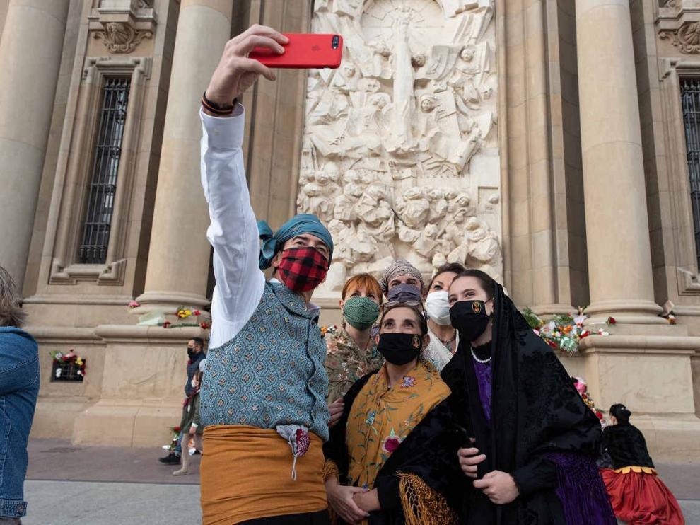 La improvisada Ofrenda de Flores durante las 'No Fiestas del Pilar' de 2020