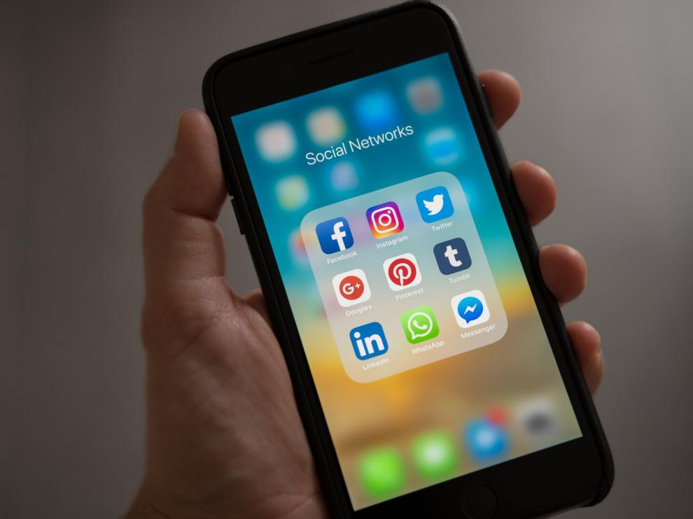 Móvil con redes sociales.