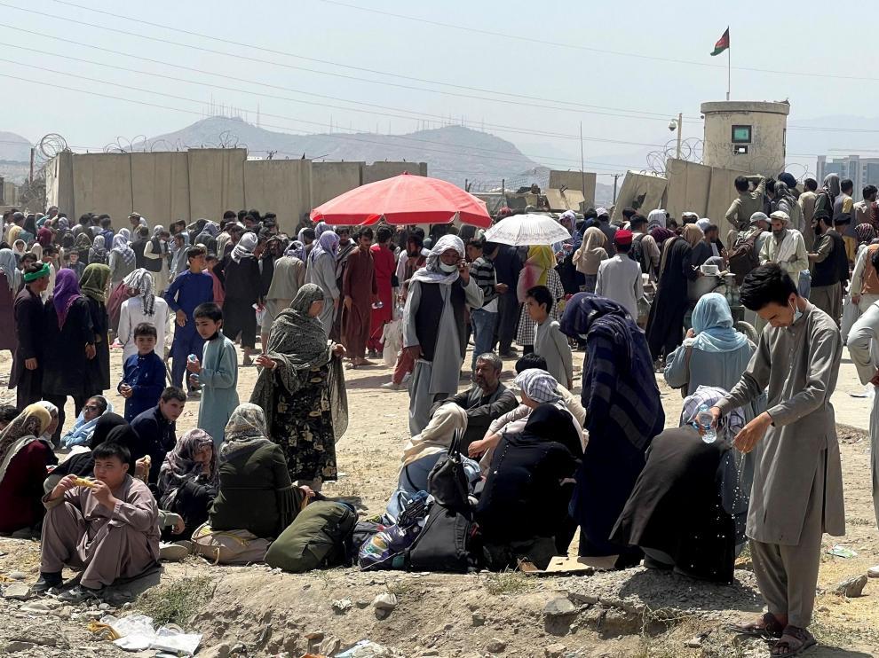 Personas esperando en el aeropuerto de Kabul.