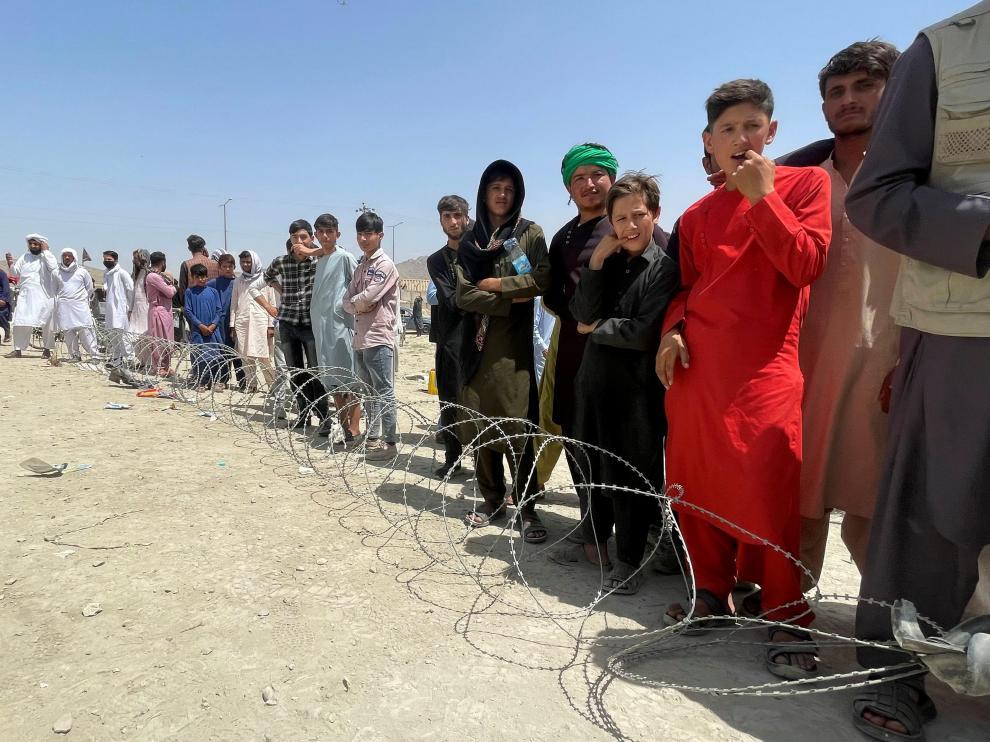 Personas esperando fuera del aeropuerto de Kabul.