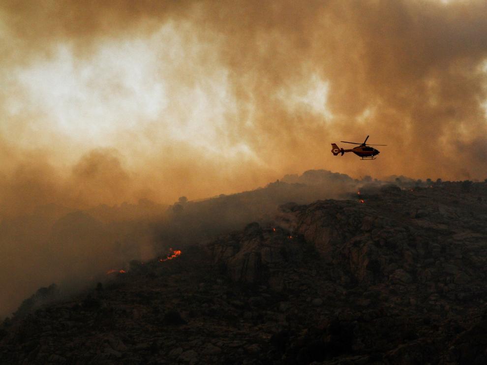 Tareas de extinción del incendio en el término abulense de Navalacruz.