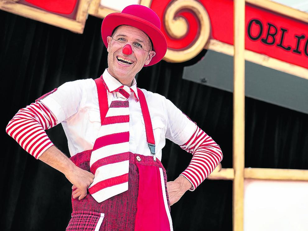 El mago Ismael Civiac fusiona teatro, ilusionismo, títeres y clown en 'Torpeza obliga'.