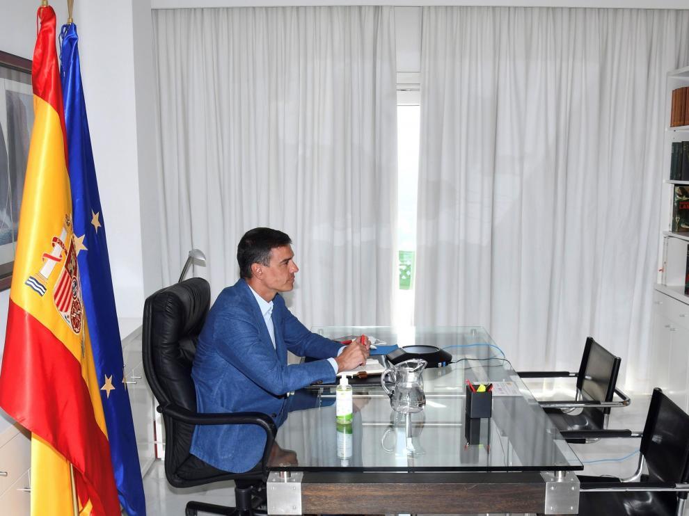 Sánchez, en una reunión por videoconferencia, desde Lanzarote.