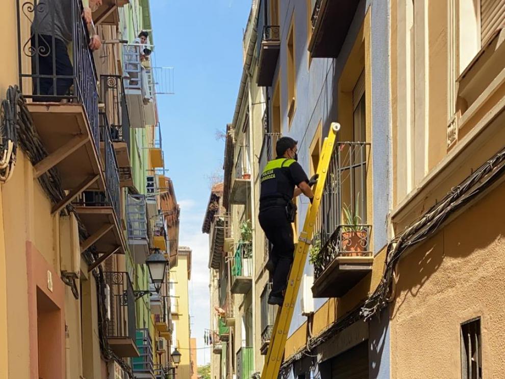La Policía Local y los Bomberos de Zaragoza intervinieron este jueves en la calle Cerezo 40.