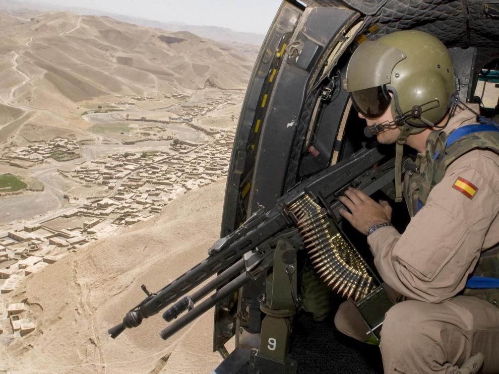 Un artillero de un helicóptero Cougar H21 vigila la ruta de Qala-i-Naw a Herat, en julio de 2006