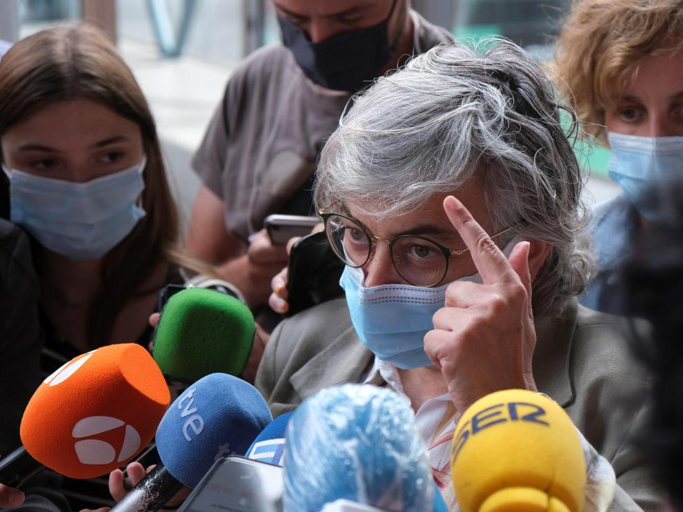 La alcaldesa de Gijón, Ana González, atendiendo a los medios de comunición.