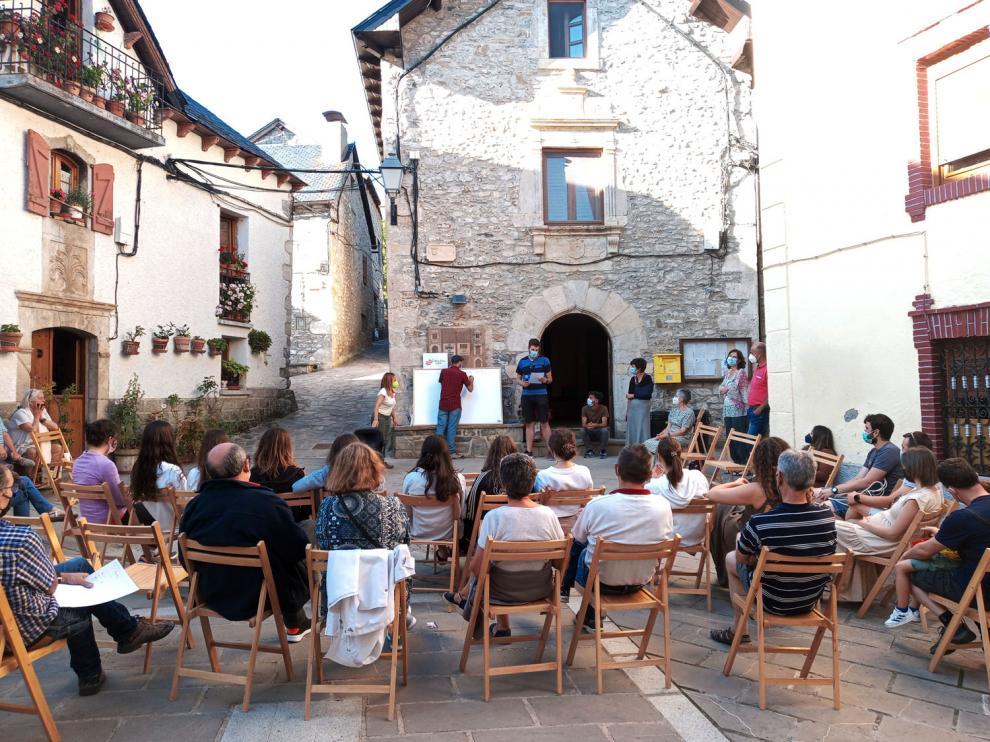 La primera reunión de Empenta tu Pueblo en el Alto Gállego tuvo lugar en la plaza del Ayuntamiento de Hoz de Jaca.