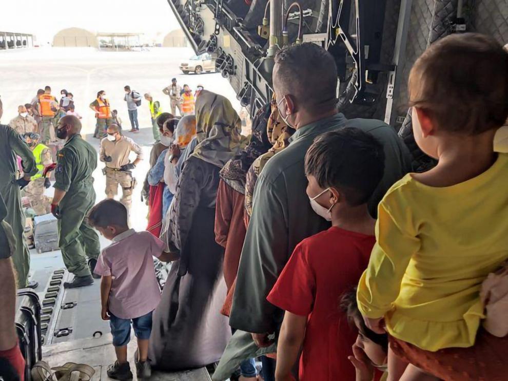 Refugiados afganos que viajan hacia España en el segundo vuelo del Ejército