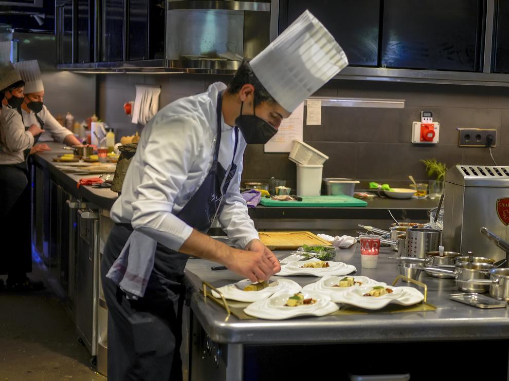 Preparando pases en la cocina del restaurante Callizo.