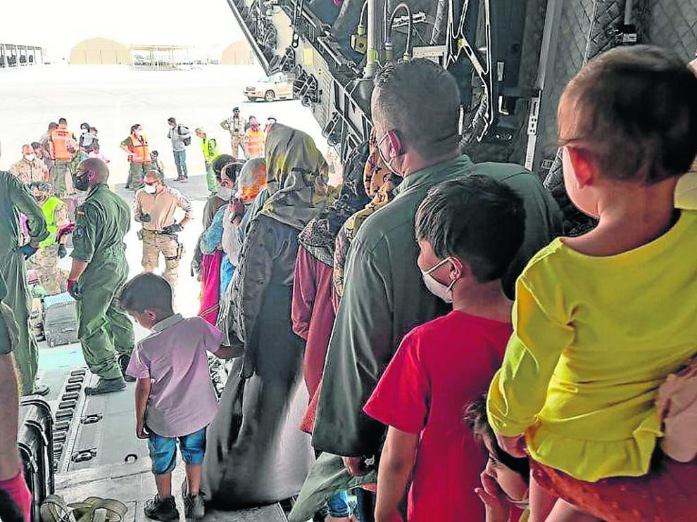 Niños y adultos afganos llegan en un A400M desde Kabul a Dubái el pasado viernes.