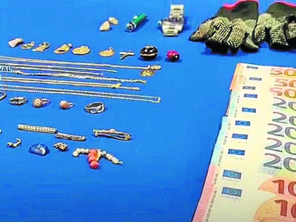 Los objetos hallados tras el robo de un piso en vía Hispanidad.