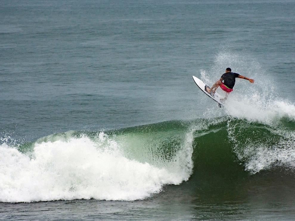 Surfistas disfrutan del mar previo llegada del huracán Grace al Puerto de Veracruz
