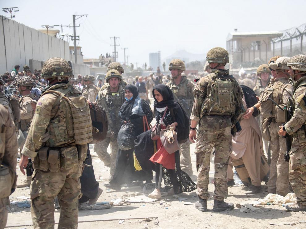 Soldados de las misiones internacionales continúan tratando de poner orden en el aeropuerto de Kabul.