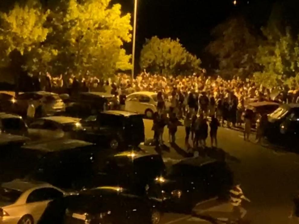 El botellón concentró el sábado por la noche a cientos de personas junto a la Ciudadela de Jaca.