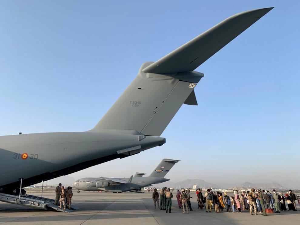 Los dos aviones con 177 evacuados a España, a su salida del aeropuerto de Kabul.