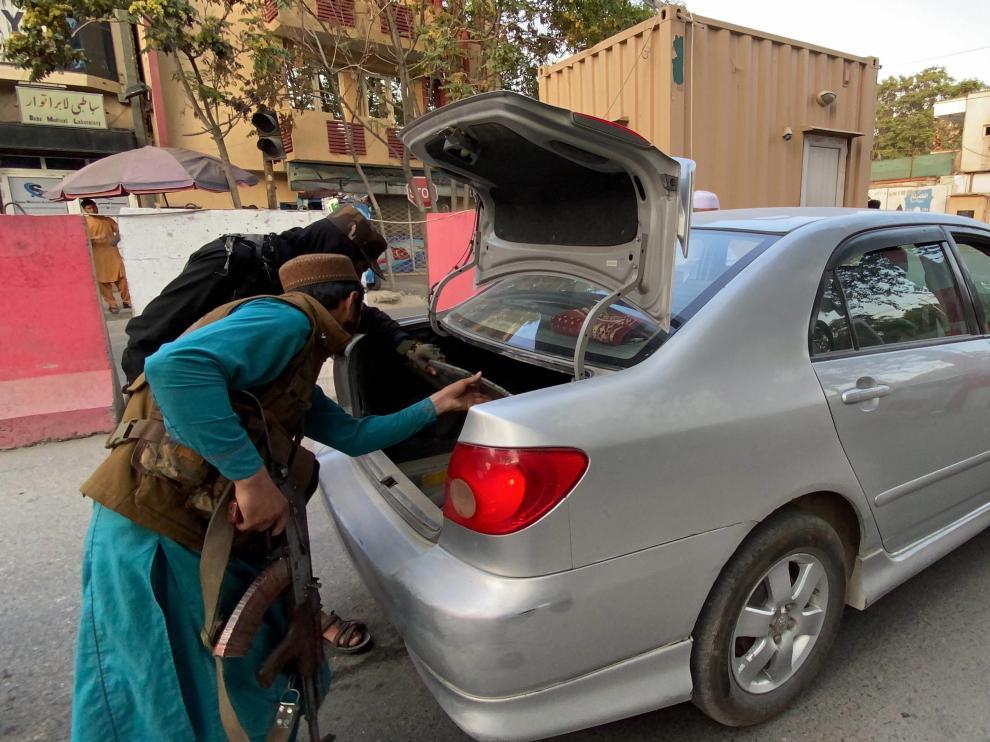 Los talibanes inspeccionan un vehículo en Kabul.