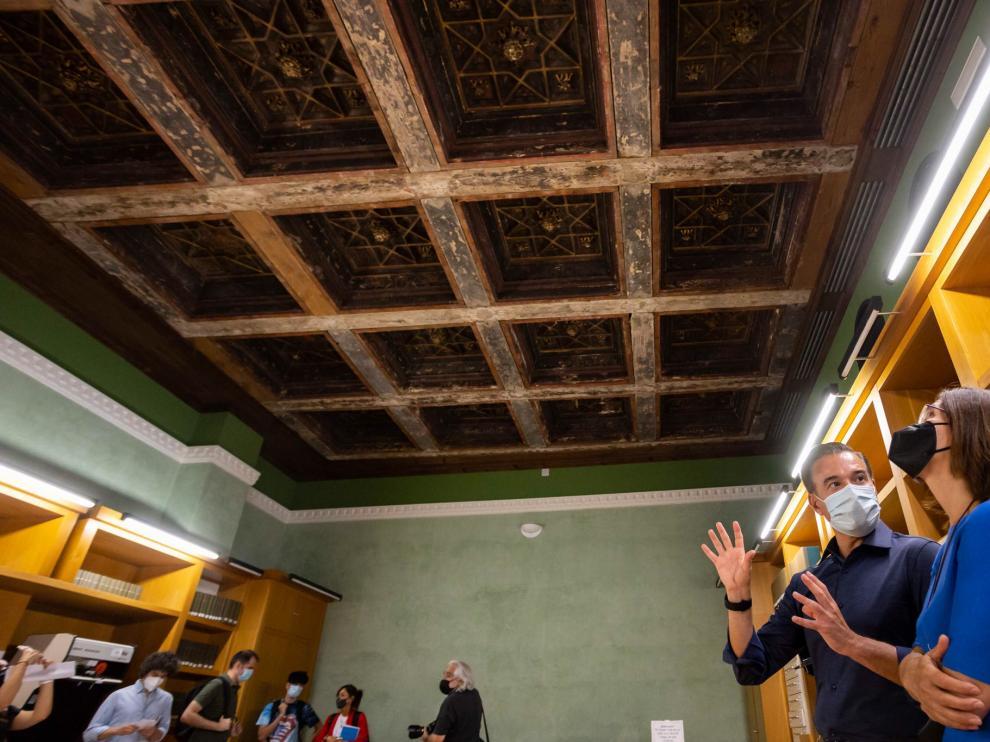 El consejero de Urbanismo y Equipamientos, Víctor Serrano, ha visitado la sala hemeroteca del Palacio de Montemuzo