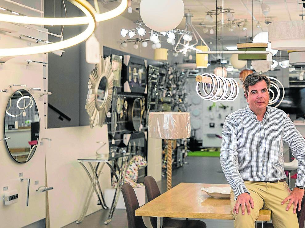 Carlos Sánchez, responsable de marketing y comercio electrónico del grupo Cristalrecord, en las instalaciones de la carretera de Logroño.