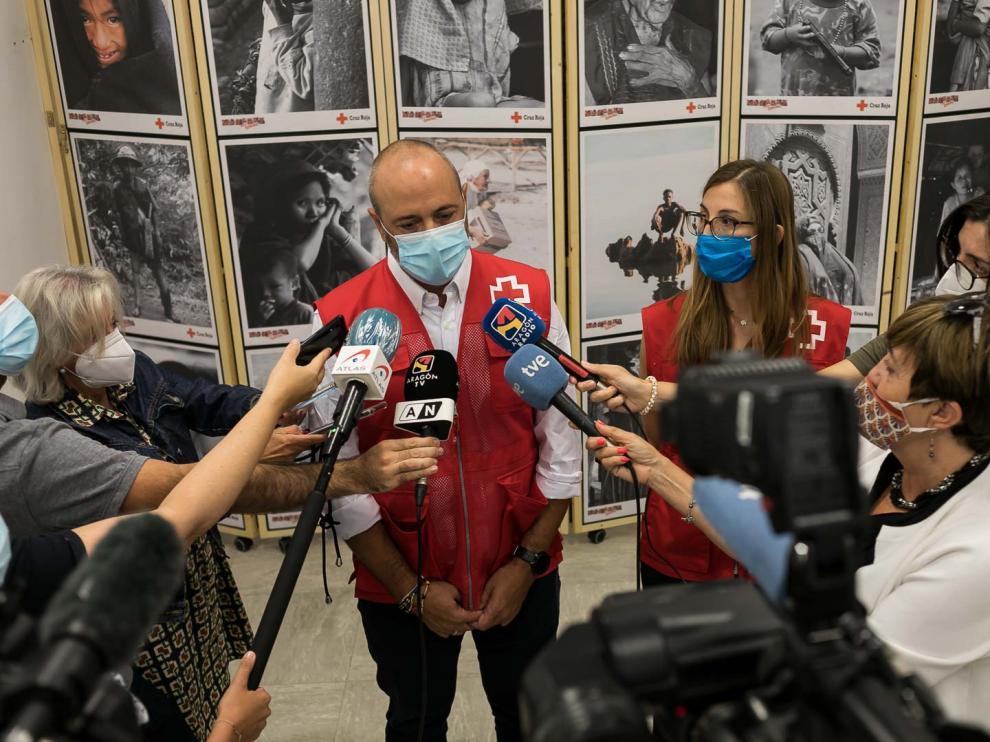 Fernando Pérez Valle y Beatriz Larraz, en la sede de Cruz Roja, en Zaragoza.