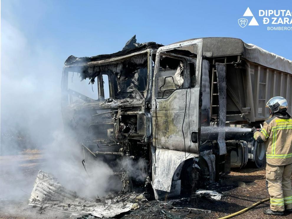 Incendio de un camión en el término municipal de Azuara.