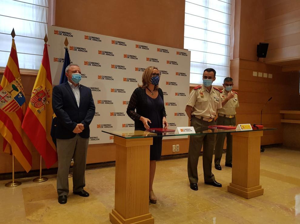 Mayte Pérez ha firmado con el general director de la Academia General Militar de Zaragoza el convenio para la celebración del XXVIII Curso Internacional de Defensa