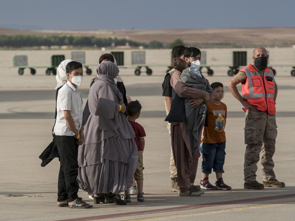 Personas llegadas de Afganistán a la base de Torrejón.