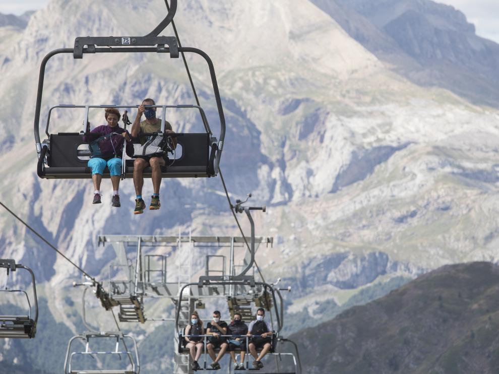 Un paseo en telesilla por el Pirineo aragonés permite descubrir rincones de gran belleza.
