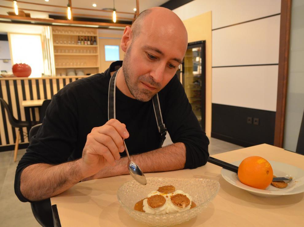 El cocinero Raimundo Elcacho, probando el flan con mascarpone.