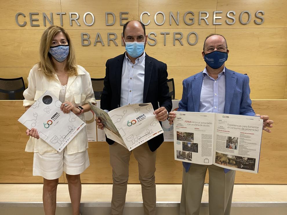 La concejal de Desarrollo, el alcalde y el presidente de la asociación de empresarios Somontano de Barbastro con la revista de Ferma