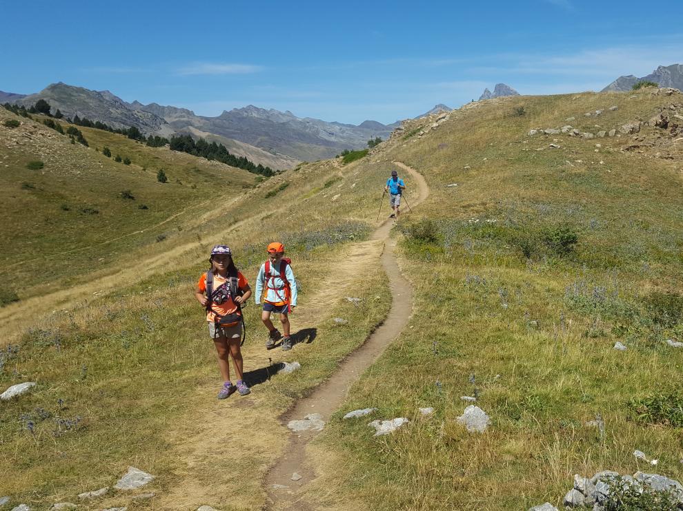 Seguir la traza de los senderos marcados para evitar erosionar el terreno es una de las buenas prácticas que se deben respetar en las actividades deportivas de montaña.