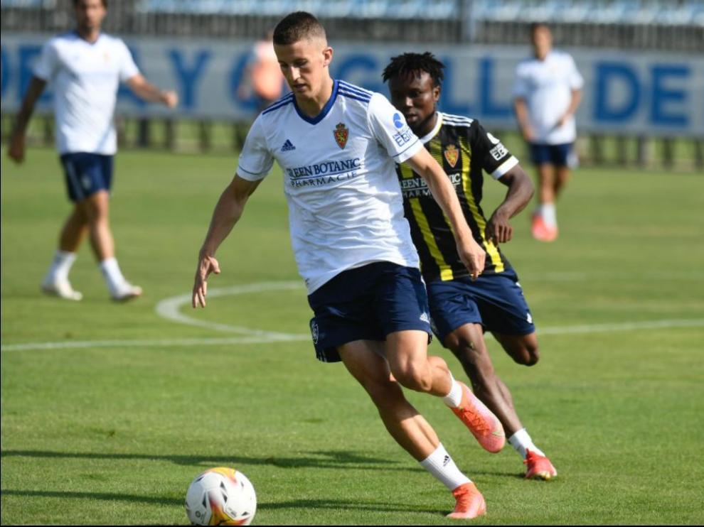 Nieto pugna con Igbekeme en una jugada del partidillo disputado en la mañana de este miércoles por la plantilla del Real Zaragoza en la Ciudad Deportiva.