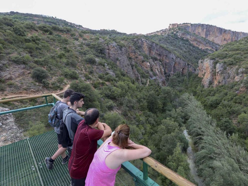 Turistas en las pasarelas de Alquezar
