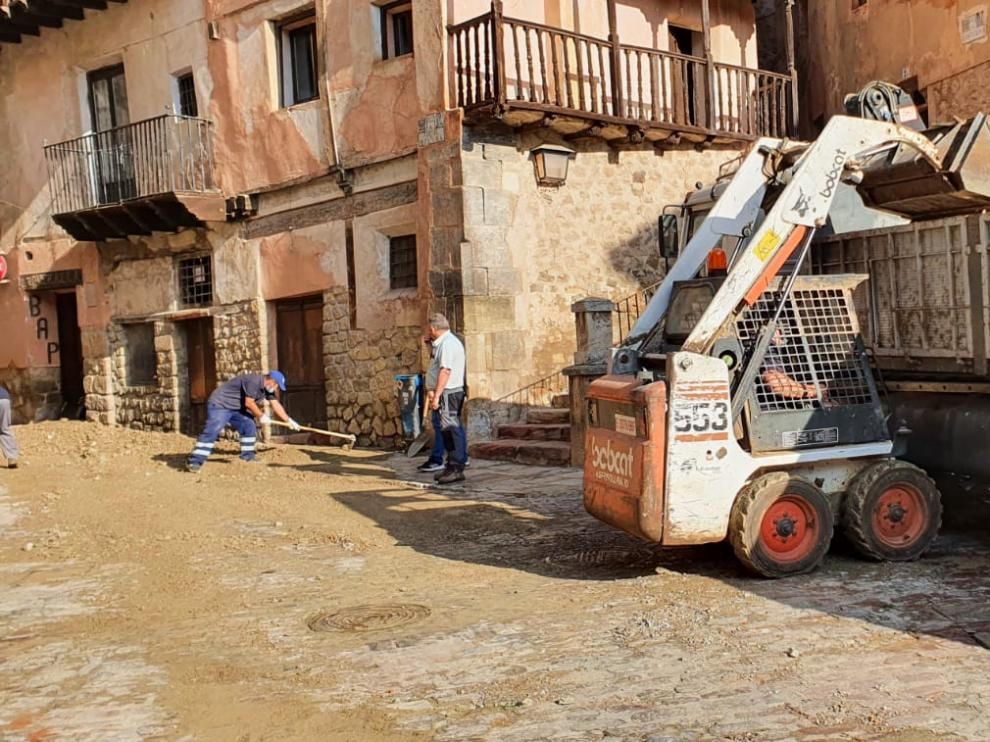 Operarios del Ayuntamiento, con maquinaria semipesada retiran el barro de las calles del casco histórico de la ciudad