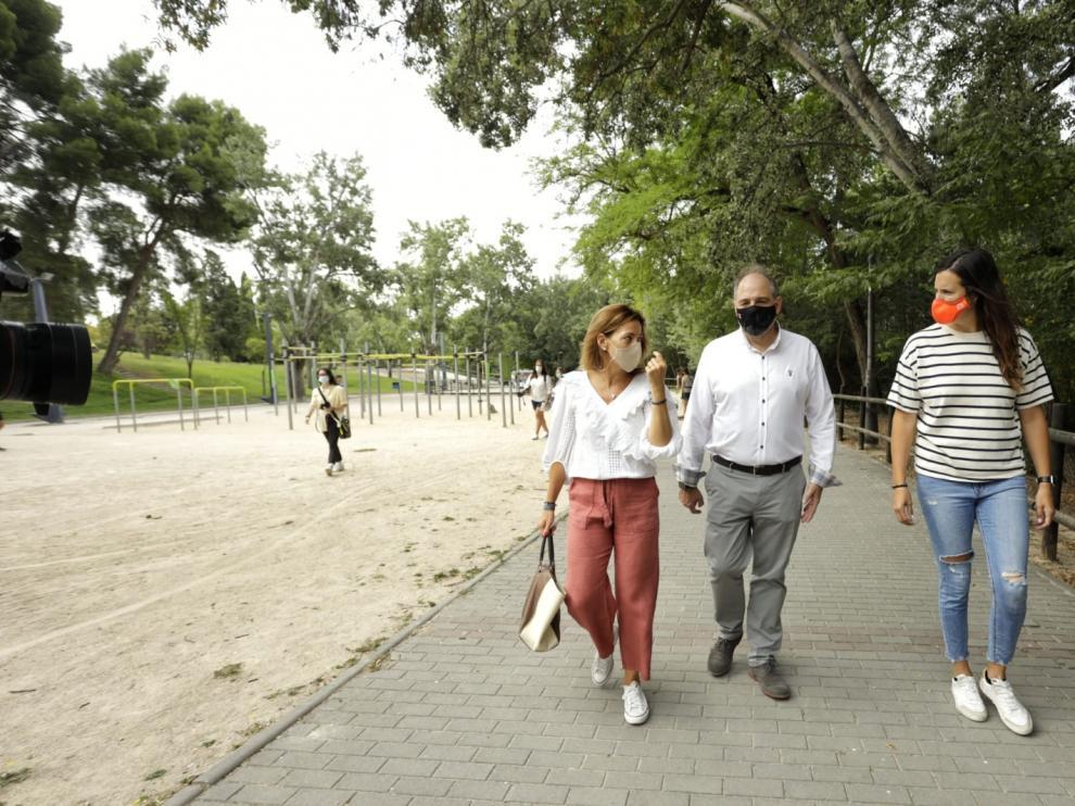 La concejal de Servicios Públicos, Natalia Chueca, y la edil de Deportes, Cristina García, en el espacio donde se ubicará el circuito de bicicletas.