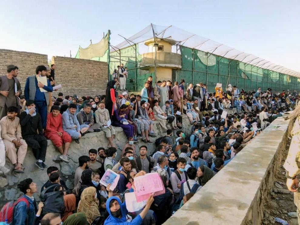 Miles de afganos esperan en las inmediaciones del aeropuerto de Kabul a ser evacuados del país.