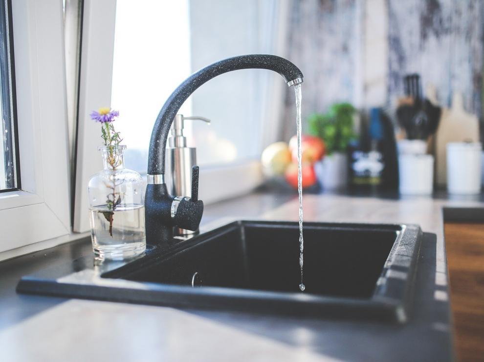 La calidad del agua del grifo en España varía mucho de unas zonas a otras, lo que depende de factores como las sales disueltas.
